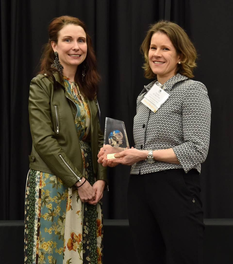 Femke de Ruyter receives award from Maureen Connolly