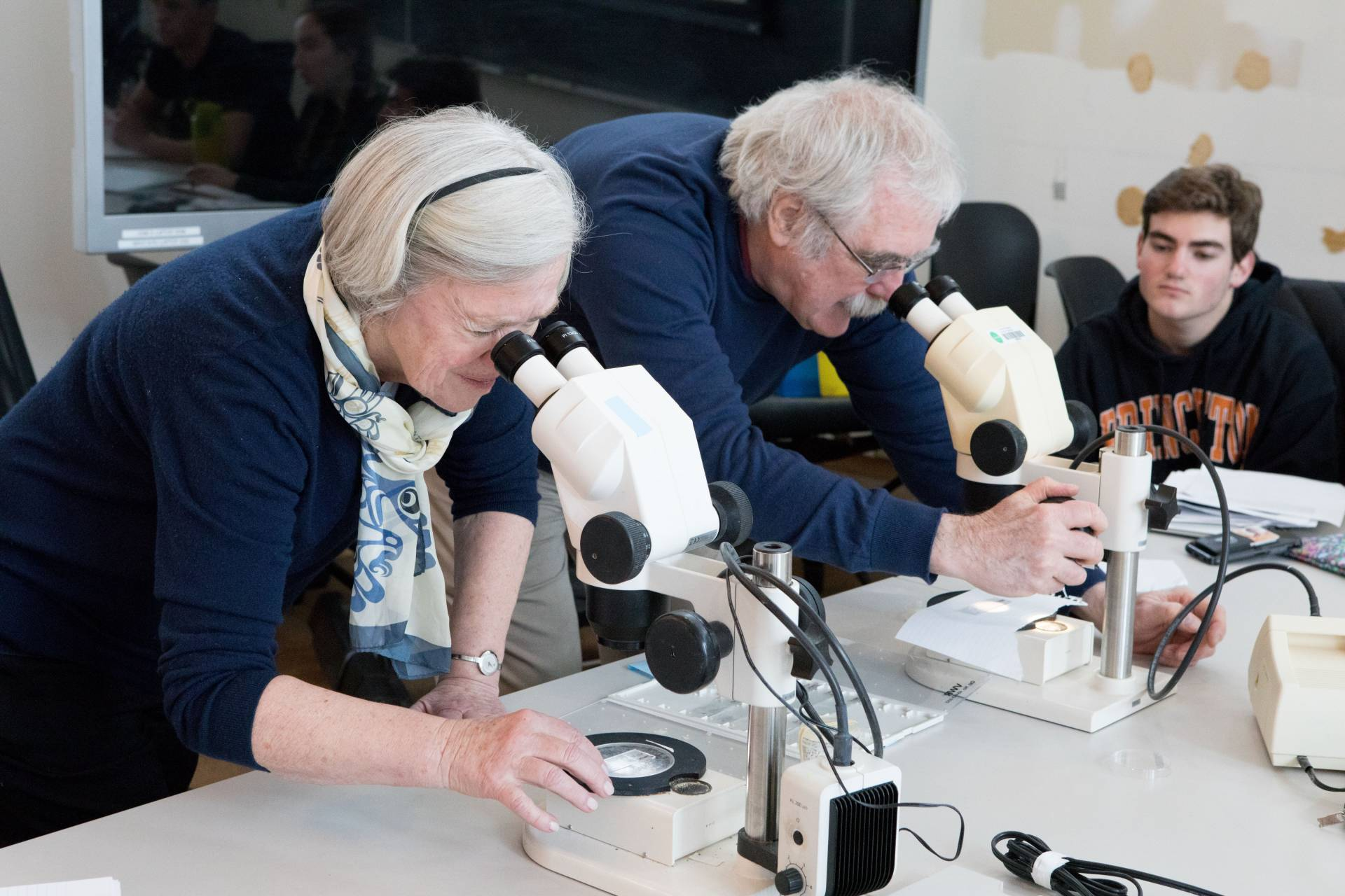 Shirley M. Tilghman and Eric Wieschaus at microscopes