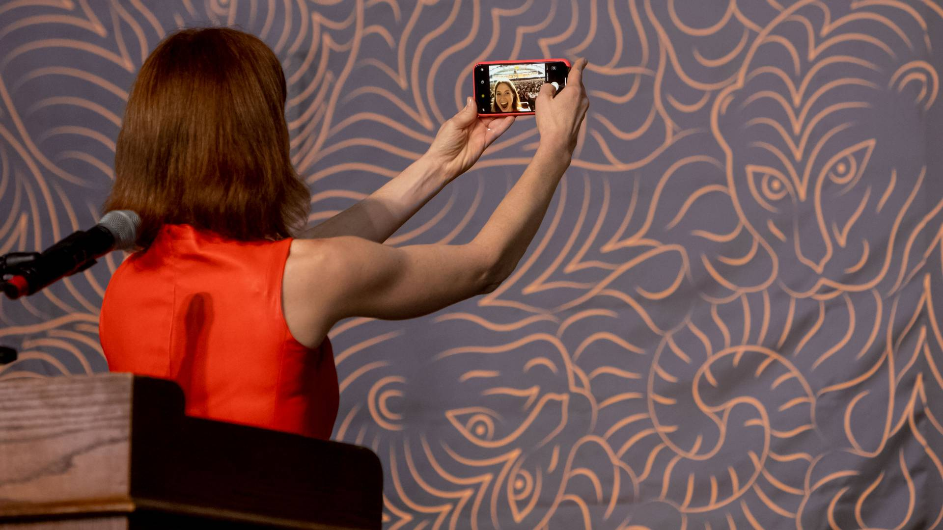 Ellie Kemper taking a selfie