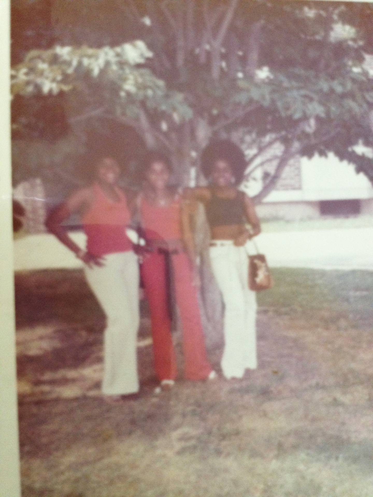 Thomas sisters pose in front of a tree